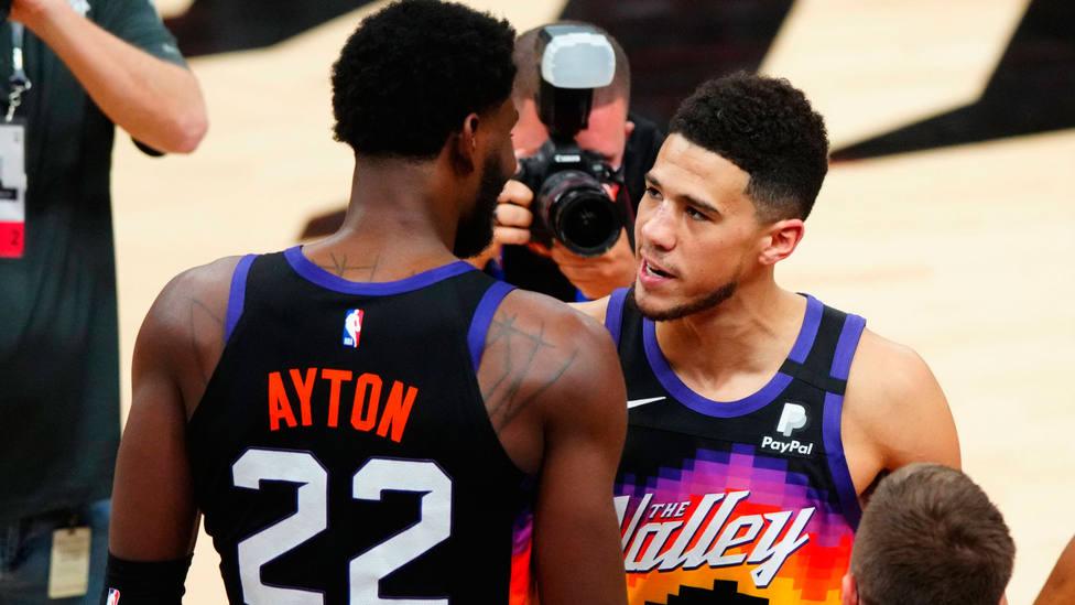 Deandre Ayton celebra el triunfo de Phoenix Suns con Devin Booker. CORDONPRESS