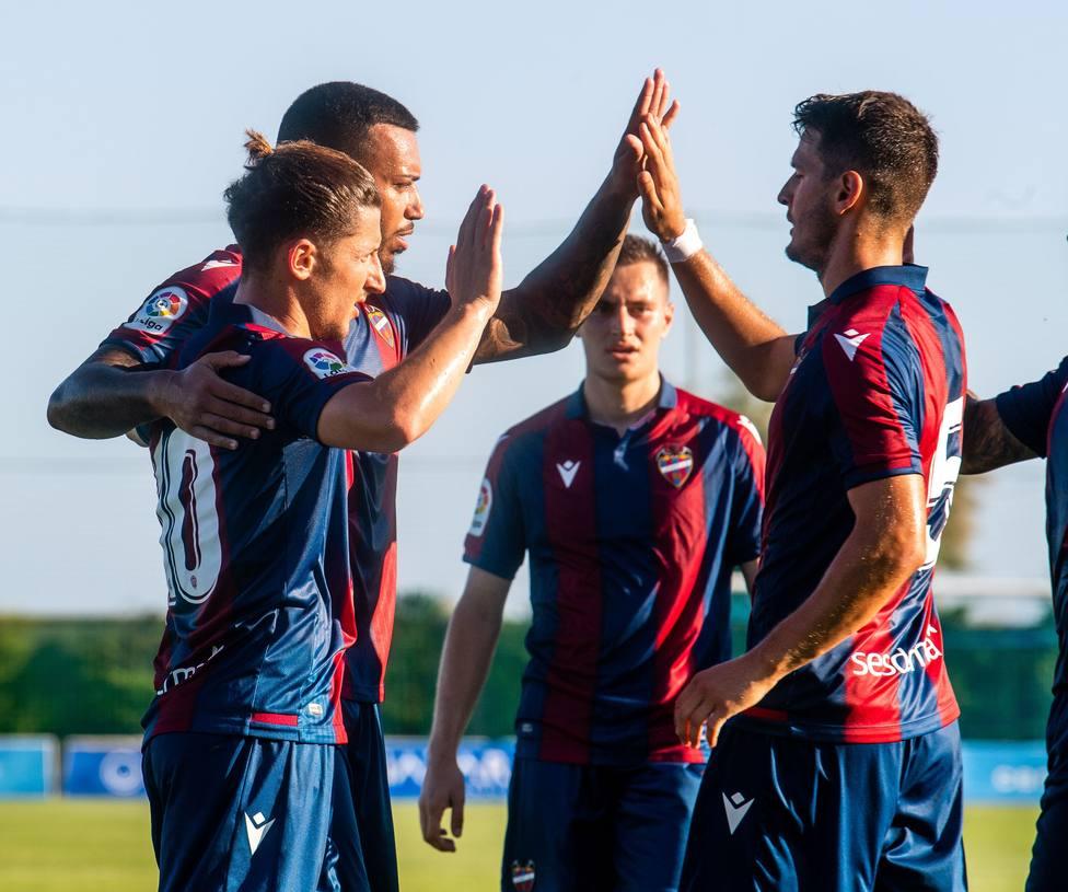 Los jugadores del Levante celebran el gol de Vezo