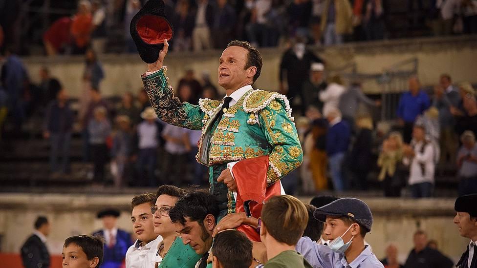 Antonio Ferrera en su salida a hombros este domingo en el Coliseo de Nimes