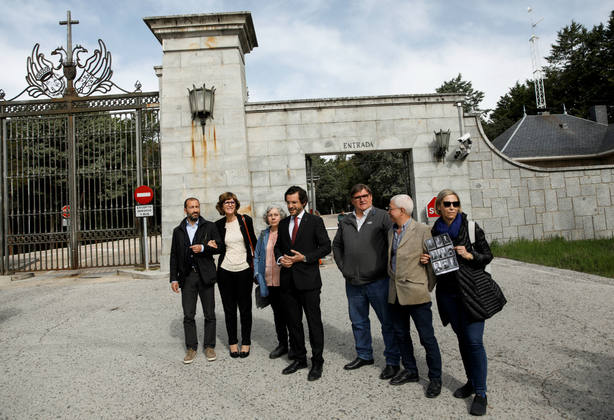 Familiares de víctimas de la guerra civil, frente a la entrada a la Basílica del Valle de los Caídos. REUTERS