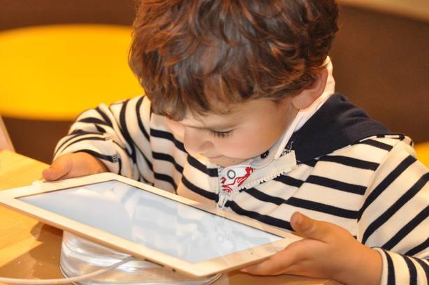 La escalofriante alerta de una youtuber: tus hijos pueden estar dando su teléfono y su dirección en internet