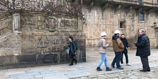 Pintan con spray en la fachada de la Catedral de Santiago