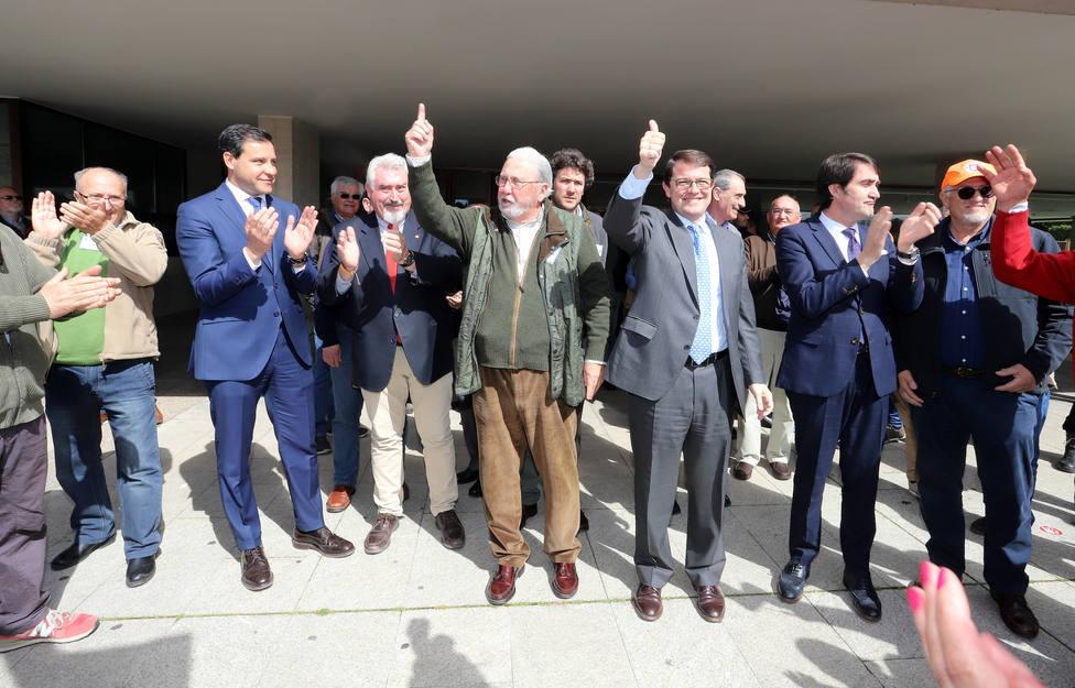 Representantes de las asociaciones de cazadores junto a políticos de distinto signo