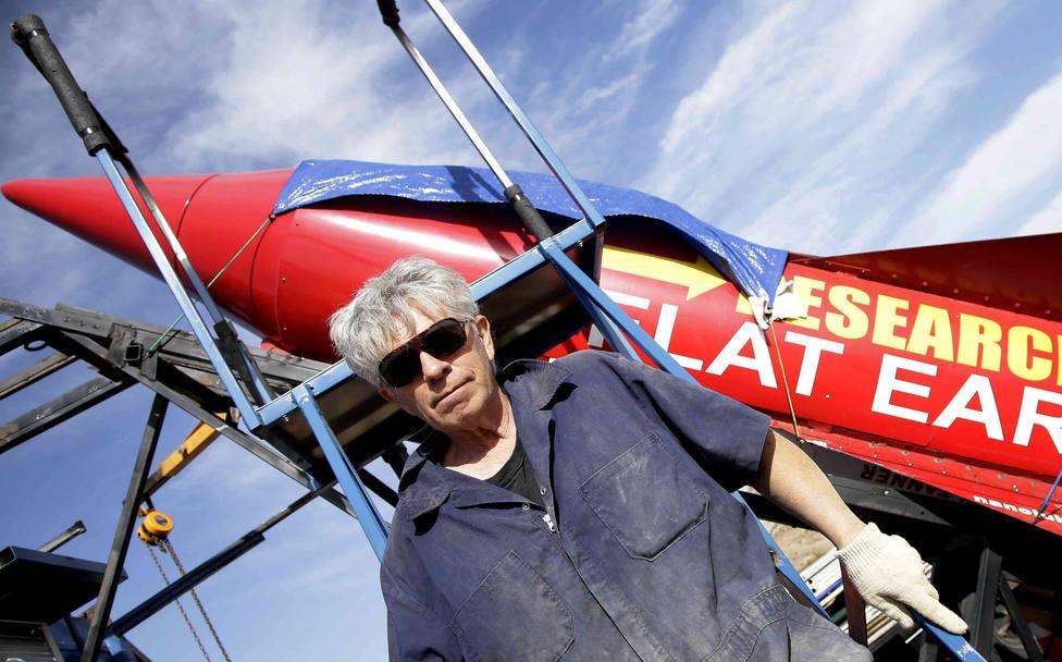 El loco que se lanzará al espacio con un cohete casero para demostrar que la tierra es plana
