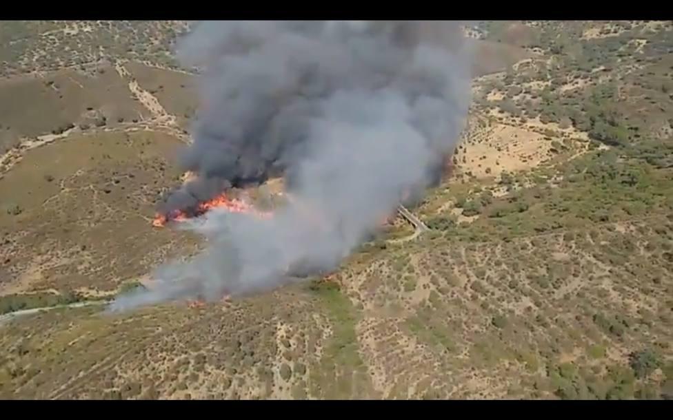 Incendios.- Los bomberos confinan a 40 personas por el incendio de El Madroño, en el que trabajan 90 bomberos
