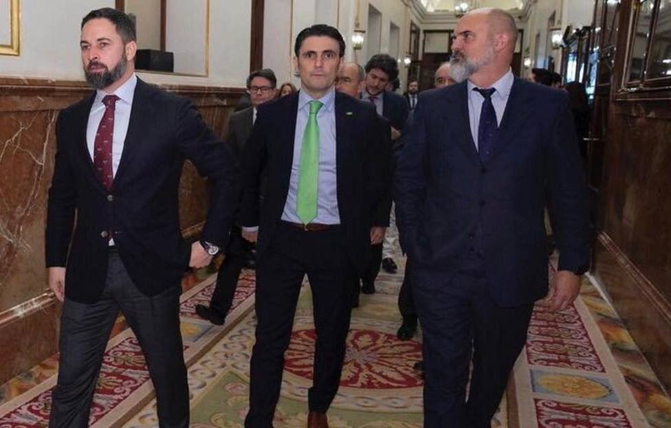 El líder de VOX Santiago Abascal junto al diputado por Badajoz Víctor Sánchez del Real en el Congreso