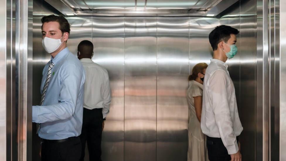 Por qué quitarse la mascarilla en el ascensor es peor de lo que crees