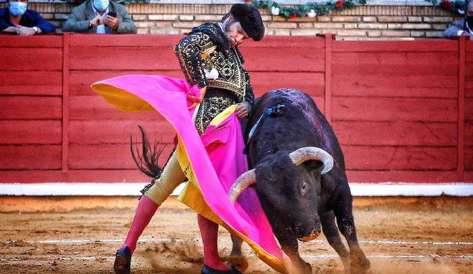Ceñida media verónica de Morante de la Puebla a su primer toro de Jandilla