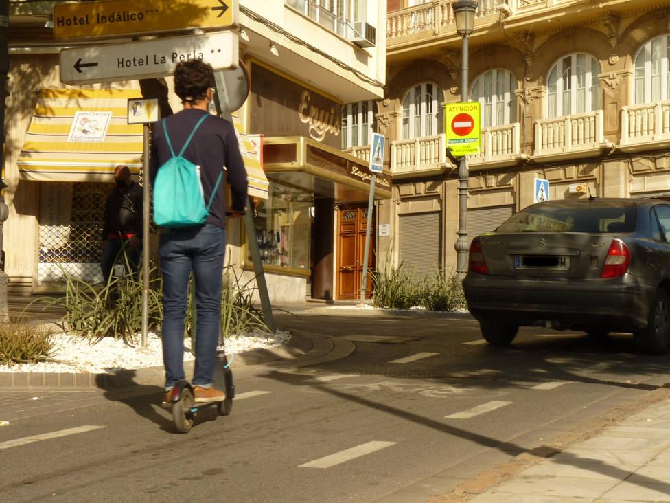 Los comercios de Almería ya pueden acogerse a la subvención que promueve la compra de patinetes eléctricos