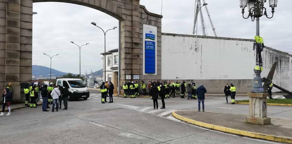 Los trabajadores de la UTE Tecman-Rayma a las puertas de Navantia Ferrol - FOTO: Cedida