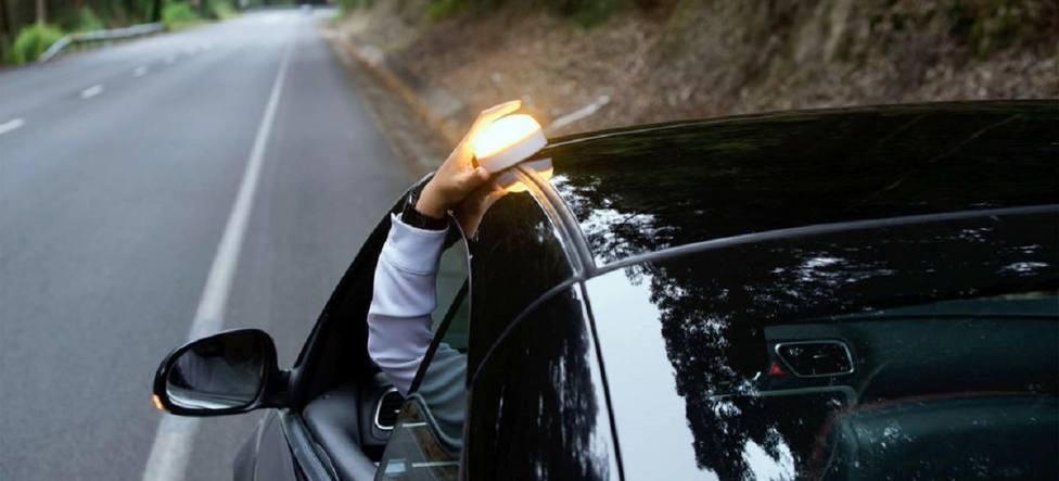 El cambio de la DGT por el que te conviene esperar para comprar la nueva luz de emergencia