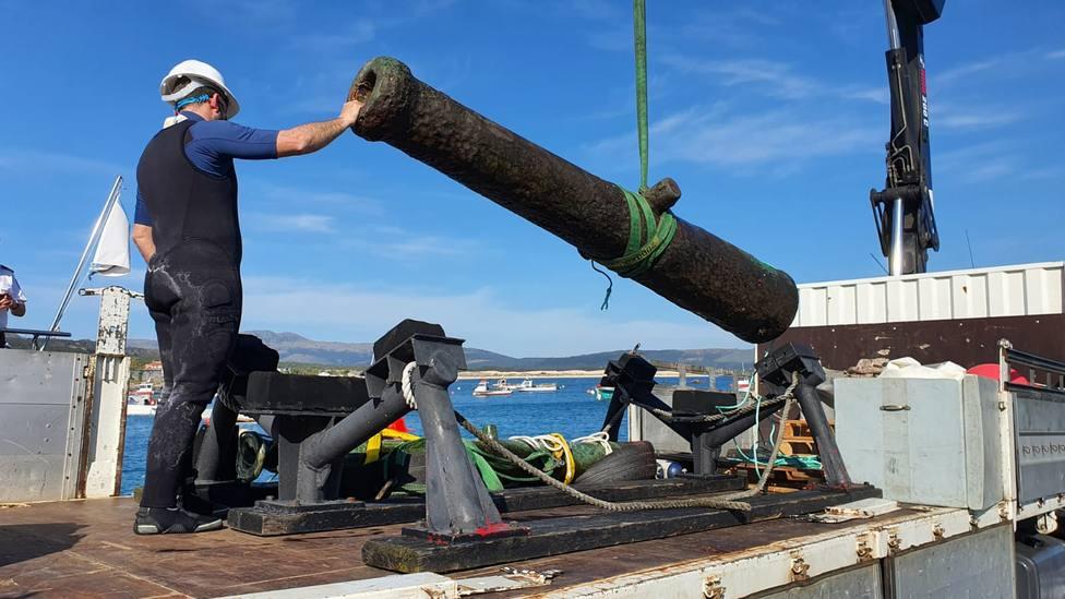 Una de las piezas tras ser retirada del fondo marino - FOTO: Armada