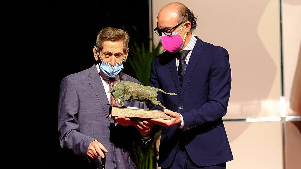 Andrés Vázque recibiendo el Premio de Tauromaquia de manos del Consejero Javier Ortega