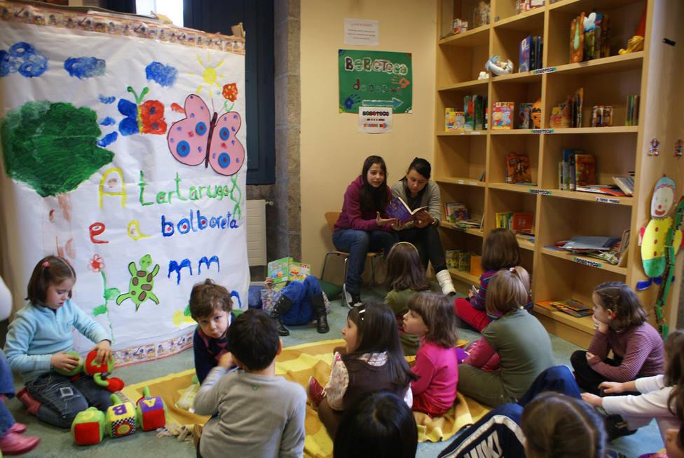 Voluntarios de la biblioteca en una sesión de cuentacuentos