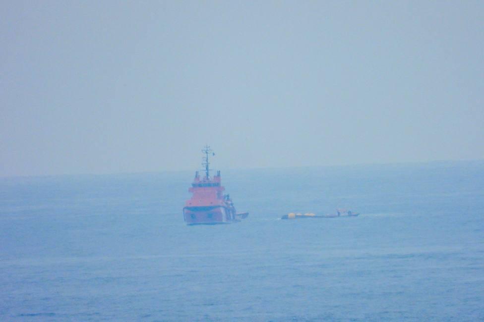 Al Sempre Güeto le han colocado unos flotadores para evitar su hundimiento - FOTO: Jose R. Montero