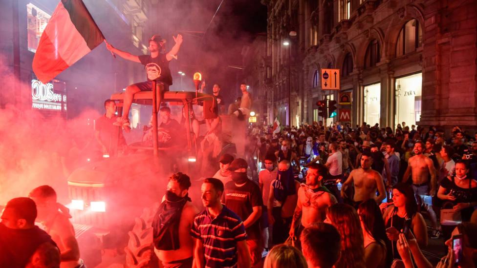 Aficionados con bengalas en un tractor por las calles de Milán. EFE
