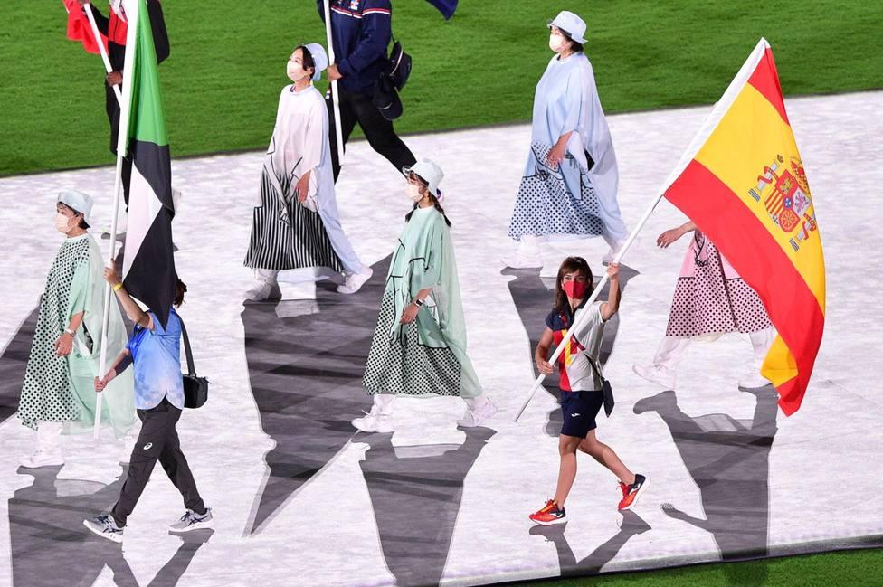 Sandra Sánchez portando la bandera de España en la ceremonia de clausura de los Juegos Olímpicos