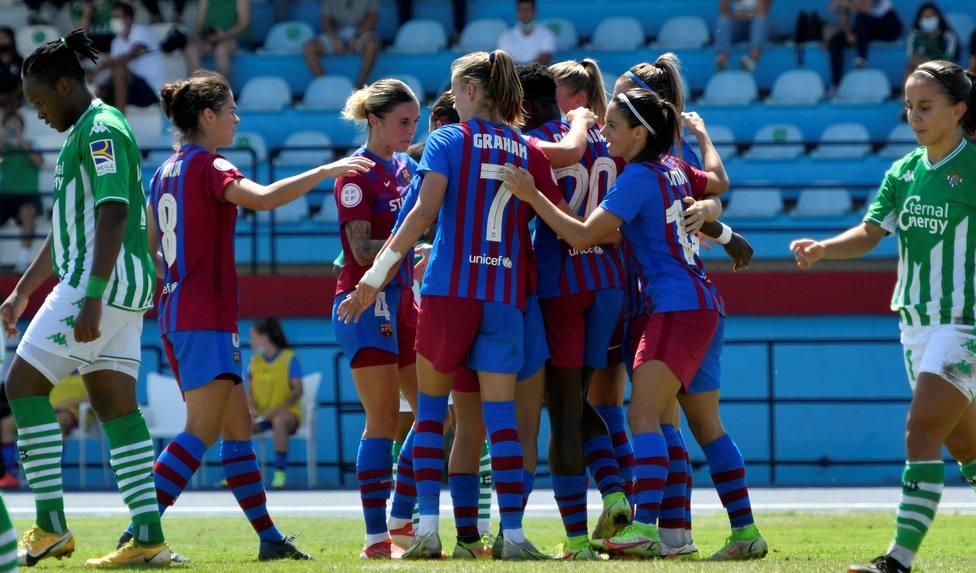 El FC Barcelona femenino celebrando la victoria ante el Betis