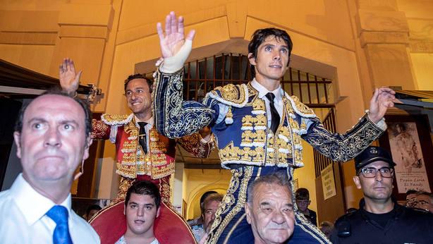 Rafaelillo y Sebastián Castella en su salida a hombros este domingo en Murcia