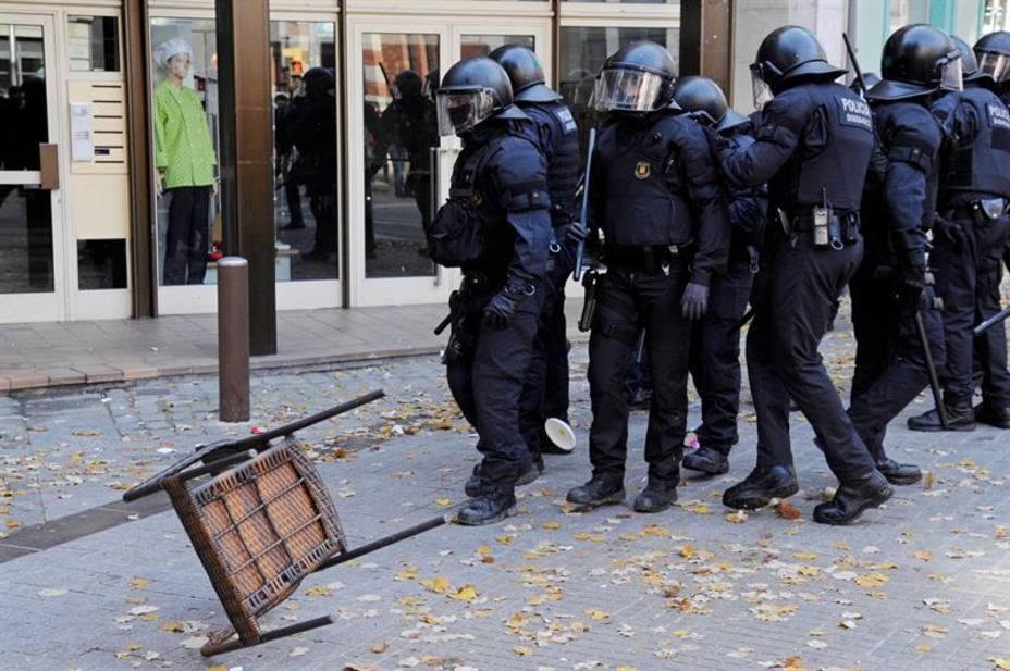 Los Mossos cargan ante manifestantes que intentaban boicotear un acto de Vox
