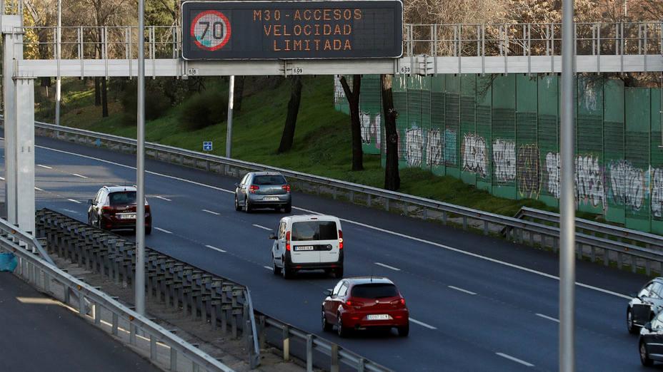 Panel DGT informativo del límite de velocidad por Protocolo Anticontaminación de Madrid