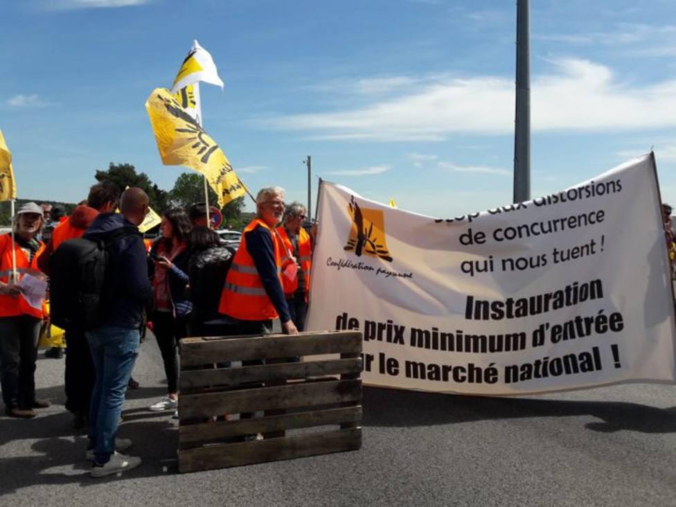 Agricultores franceses bloquean camiones españoles con fruta en la frontera