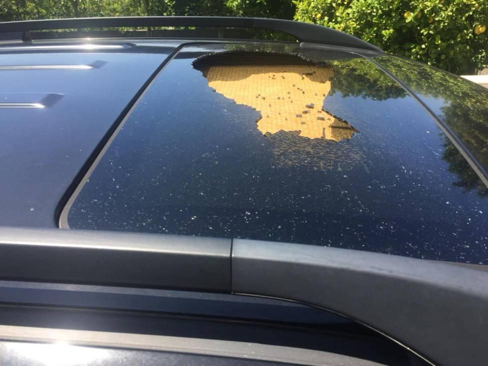 Estado en el que quedó el techo del vehículo tras el impacto de la piedra