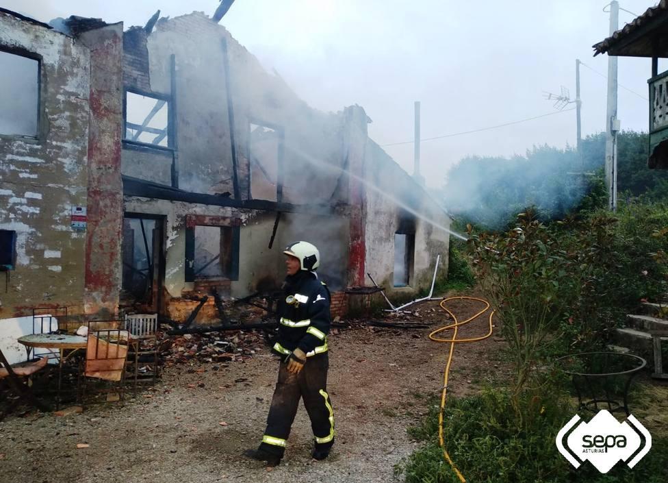 Un incendio calcina parte de una vivienda abandonada