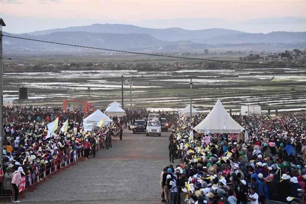 El Papa alienta a los jóvenes a no perder la esperanza: A través de vosotros entra el futuro en Madagascar