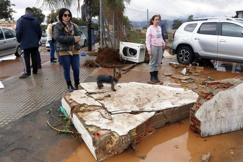 Vecinos del distrito malagueño de Campanillas observan los daños provocados por las lluvias.