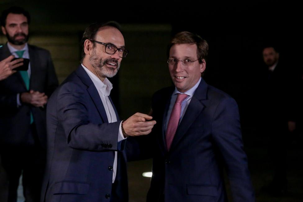 El director ejecutivo de la Agencia EFE, Fernando Garea junto con el alcalde de Madrid