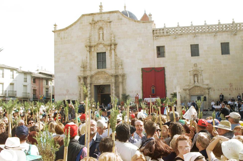 Los peregrinos frente al Monasterio de Santa Faz