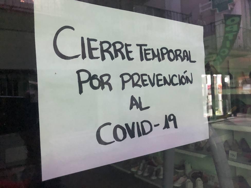 Cartel en la puerta de un negocio en la calle Santa Eulalia de Mérida. Foto: Fabián Vázquez (COPE)