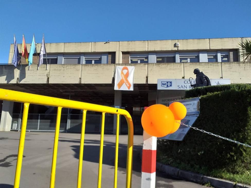 Exterior del colegio San Ignacio de Oviedo con lazos naranjas