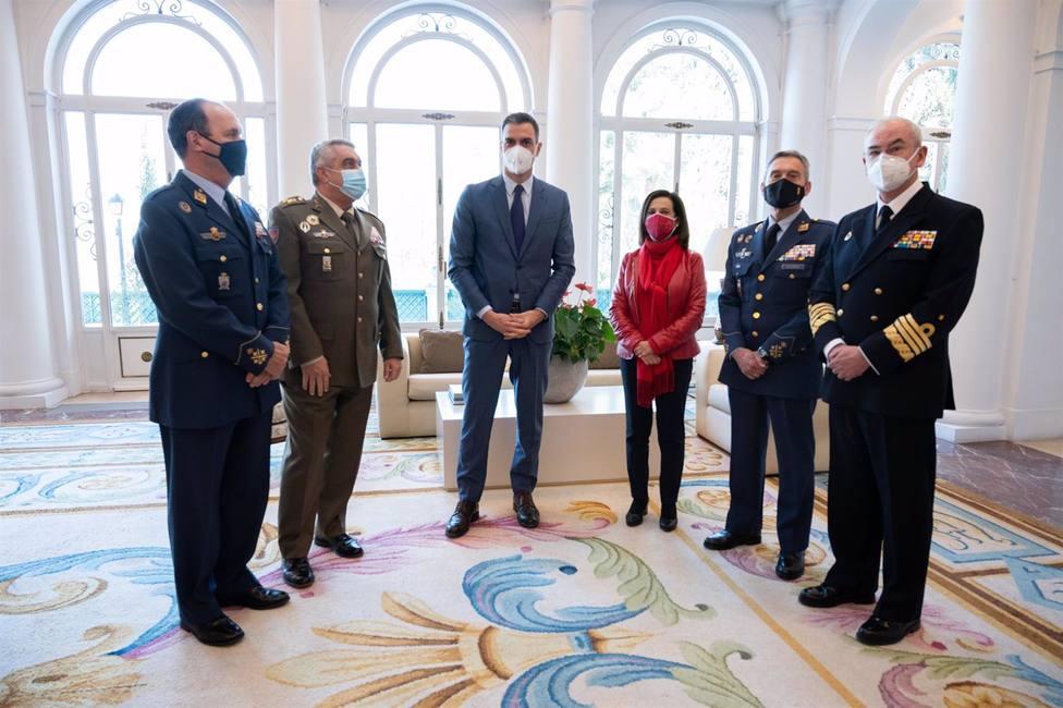 Sánchez celebra en Moncloa un encuentro de trabajo con Robles y la cúpula militar