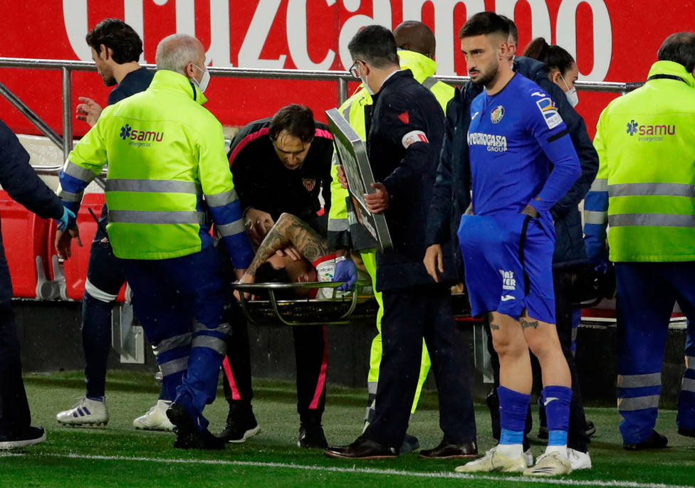 Ocampos se marcha lesionado tras la entrada de Djené (EFE)