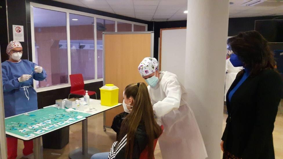 Unos 2.700 docentes reciben la primera dosis contra el COVID-19 en Murcia y Lorca