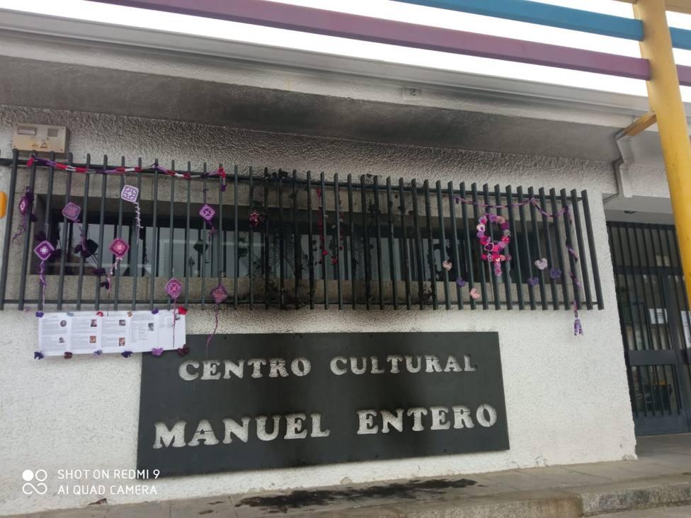 Queman un mural de croché elaborado para el Día de la Mujer en Colmenarejo