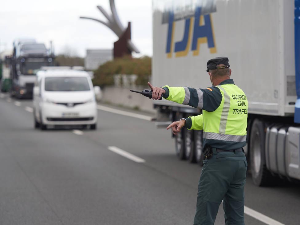 La DGT descarta sancionar por el uso de las mascarillas en los vehículos privados