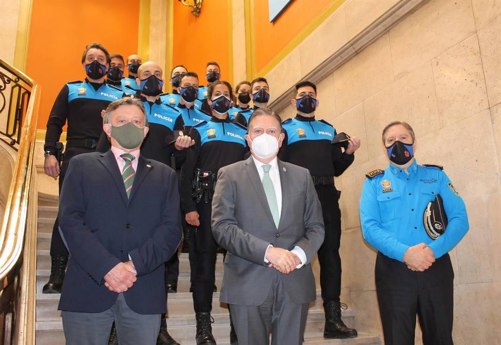 Alfredo Canteli con los nuevos mandos de la Policía Local