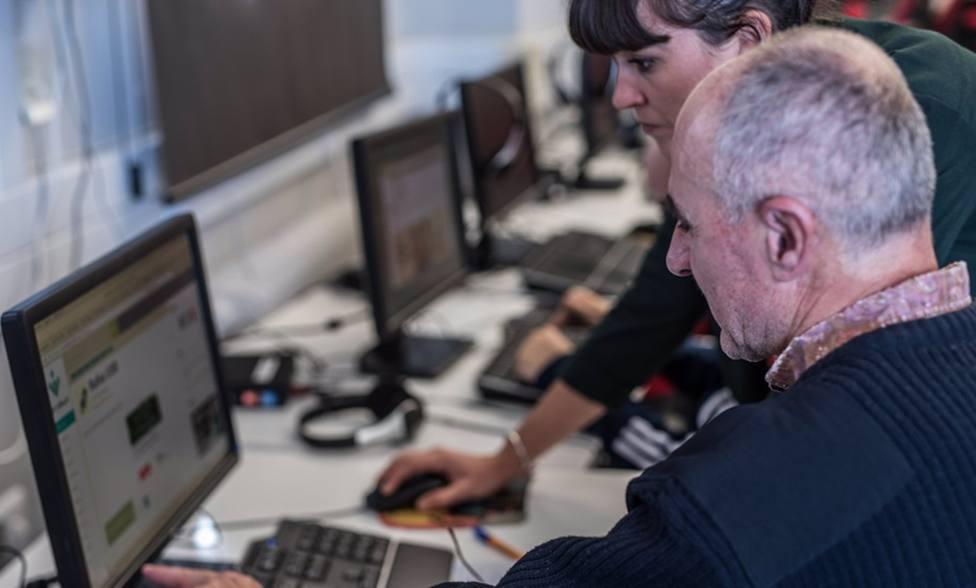 Granada.- Aguasvira y Guadalinfo facilitan las gestiones por Internet a los mayores