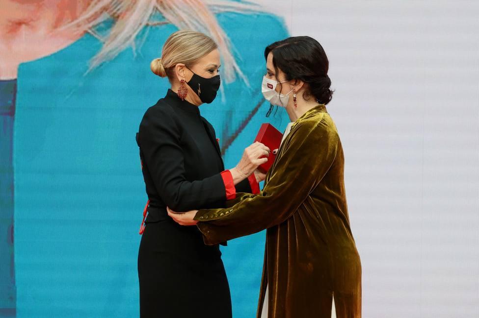 Ayuso hace entrega de la Medalla de Oro a la expresidenta regional Cristina Cifuentes