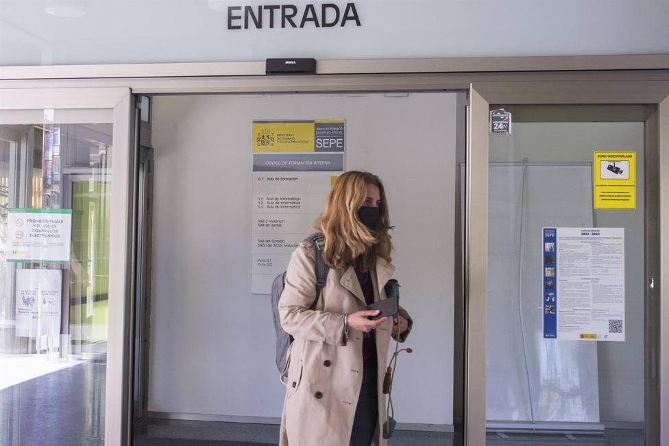 Una mujer accede a una de las oficinas del SEPE (Servicio de Empleo del Principado de Asturias)