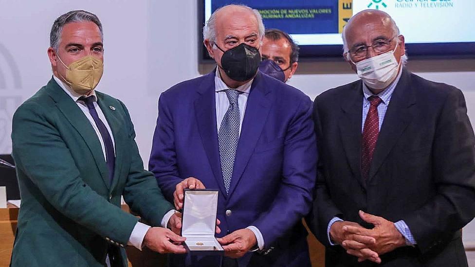Elías Bendodo entregando a Ramón Valencia la 'Insignia de Oro de la Asociación Andaluza de Escuelas Taurinas