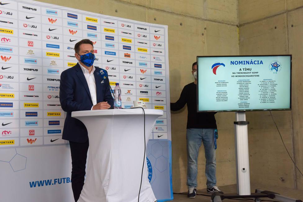 El seleccionador Štefan Tarkovi? dando la lista de convocados