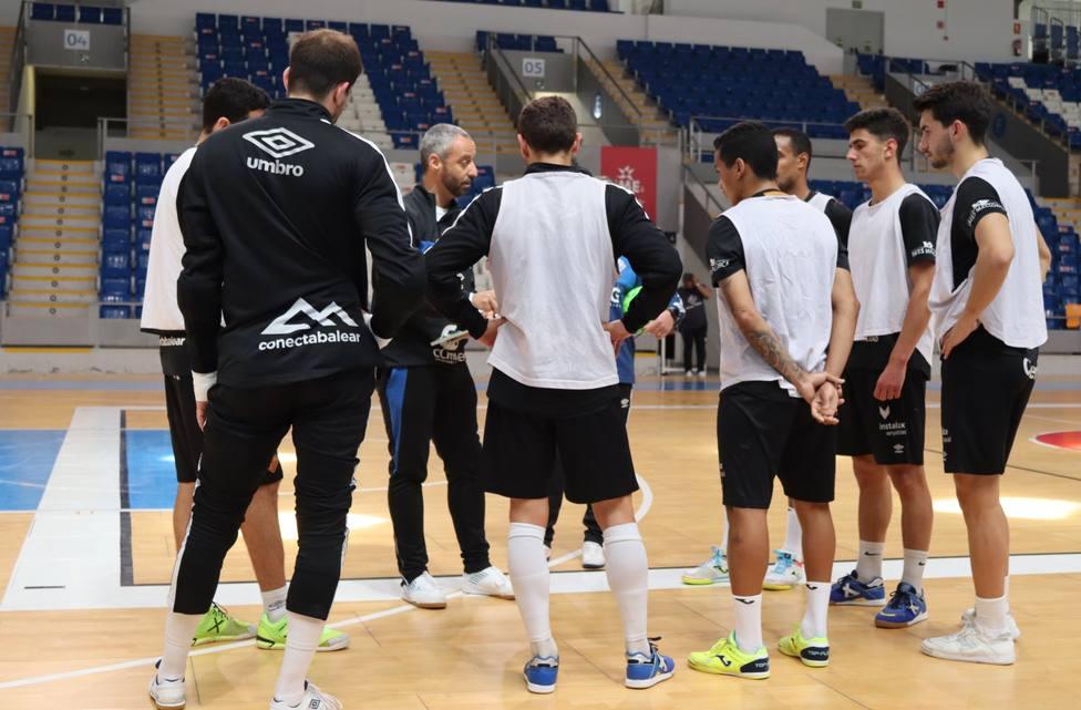 Vadillo da instrucciones a sus jugadores durante un entrenamiento