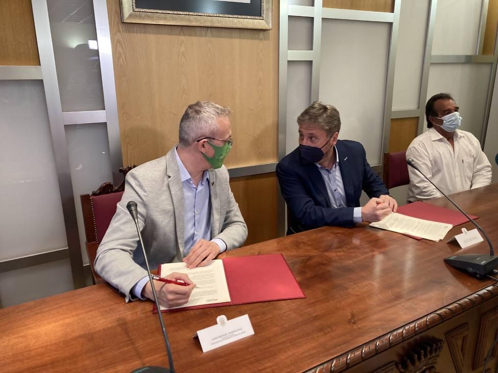 Juan Manuel Ramón y José Luís Soro en la firma del convenio en el salón de Ciento de Jaca