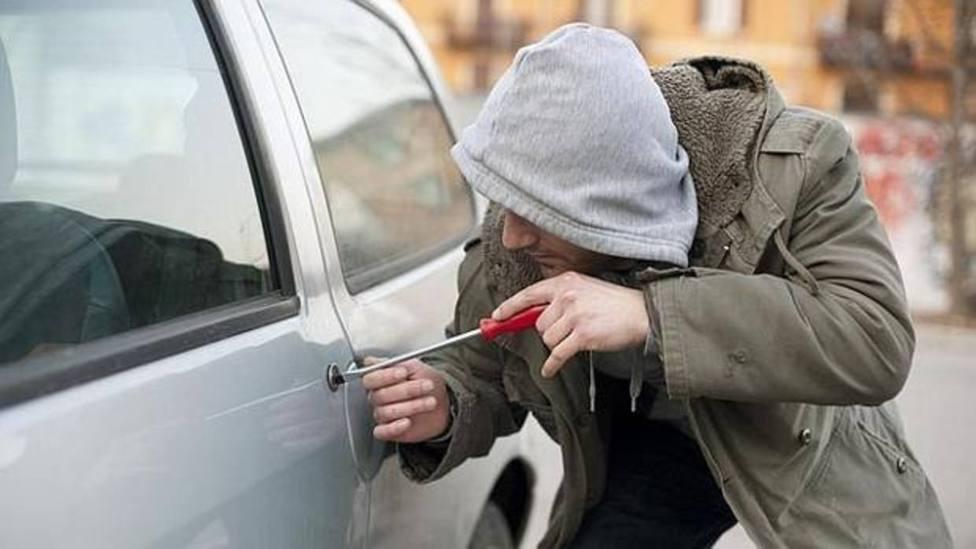 Los peligros de dejar este objeto en el interior de tu coche