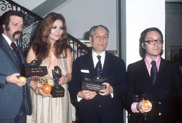 Francisco Umbral que recogió el premio en nombre de Delibes; Joaquín Viola, Sara Montiel y José Mª Iñigo