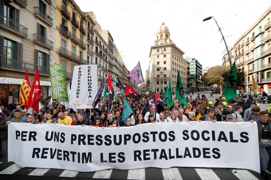 Miles empleados públicos y estudiantes se manifiestan para revertir recortes